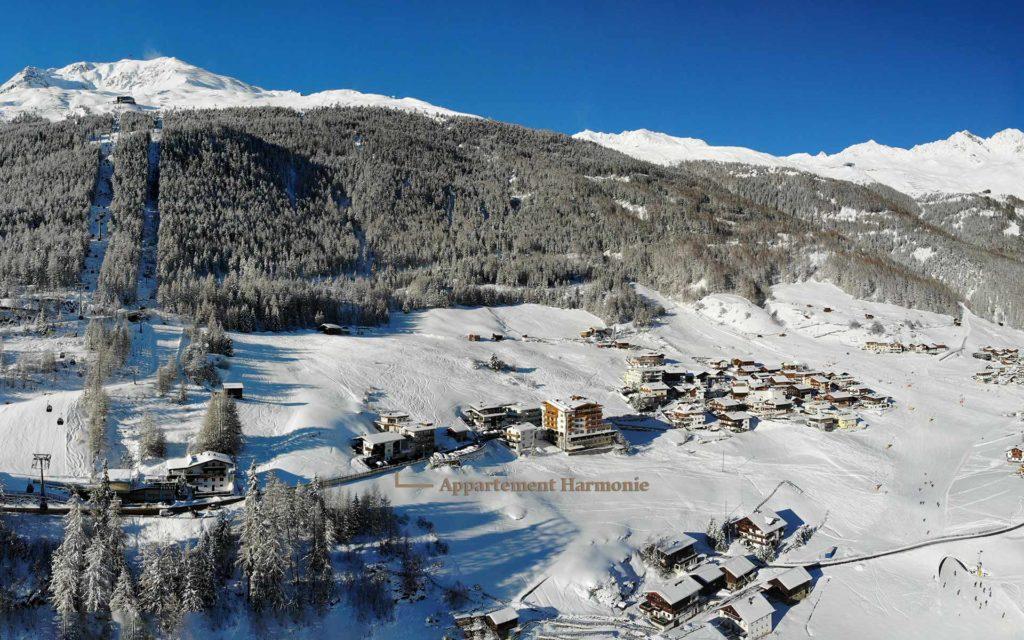 Winterbild des Appartement mit der umliegenden Skipiste.